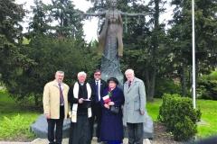 Przed-pomnikiem-księdza-Popiełuszki